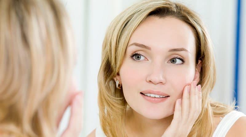 Nainen hoitaa ihoa