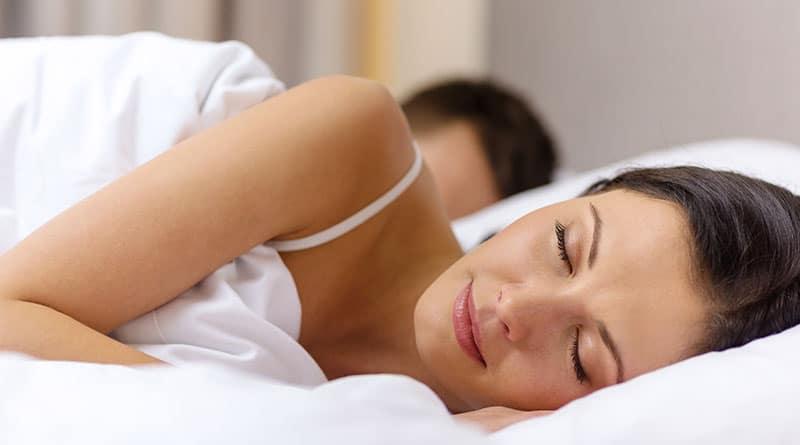 Pariskunta nukkuu