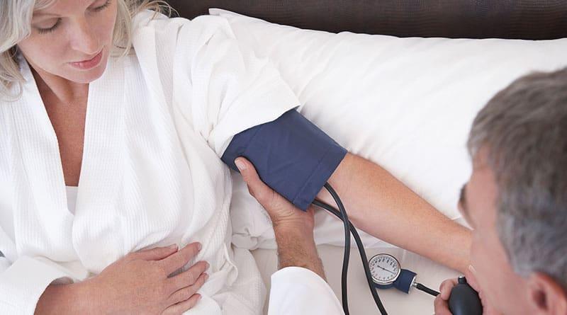 Verenpaineen mittaus makuulla